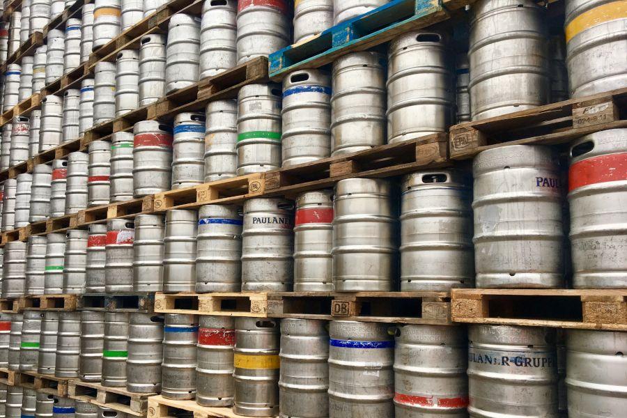 Bierfässer im Lager von Sirl