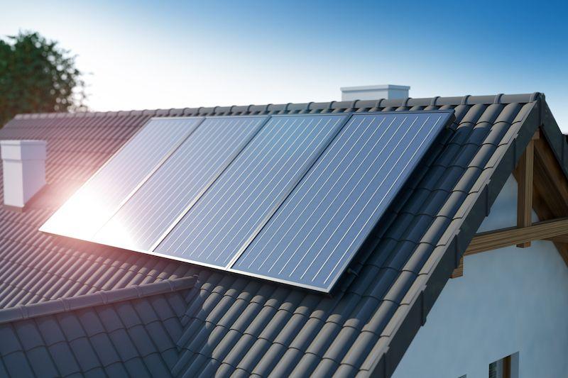 Fotovoltaické panely na střeše českého rodinného  domu.