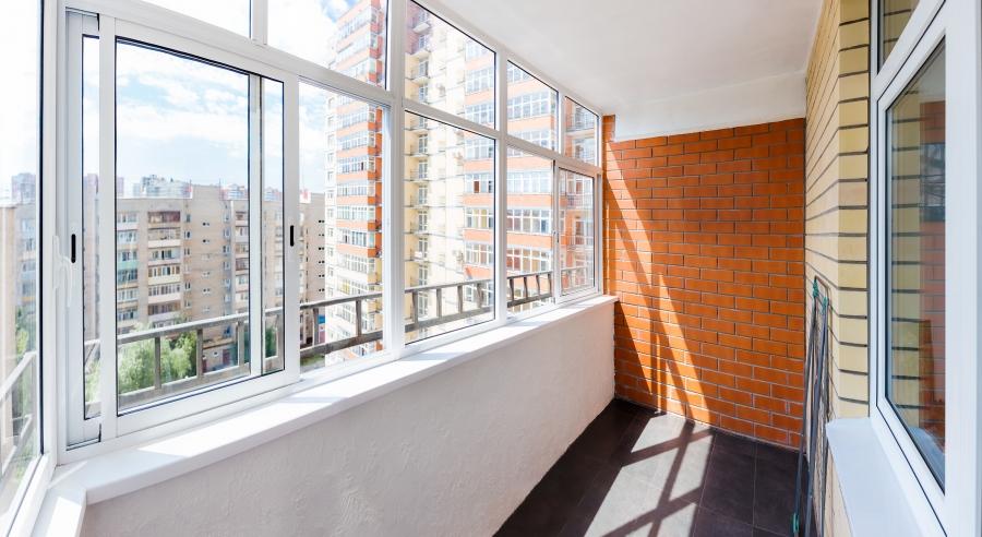 Neodborné zasklení balkonu či lodžie může ohrozit obyvatele bytu i celého domu