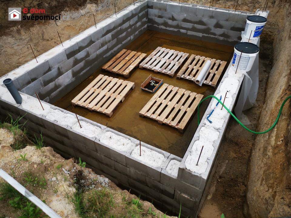 7. stavební týden – Odčerpání vody ze sklepa, svislá hydroizolace sklepa, založení soklových cihel u prvních dvou stěn