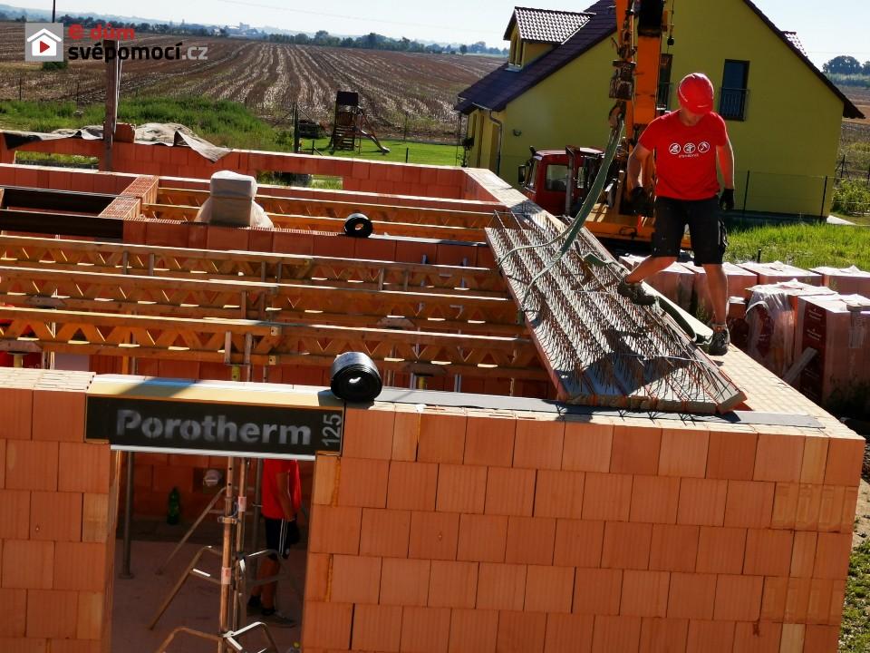 14. stavební týden – Pokračování s komínem, zdění stěny, betonování podkladů a vyzdění jedné řady cihel nad překladem