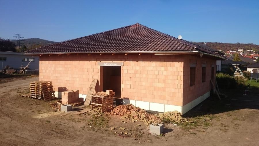 Dokončování hrubé stavby – střecha a příčky