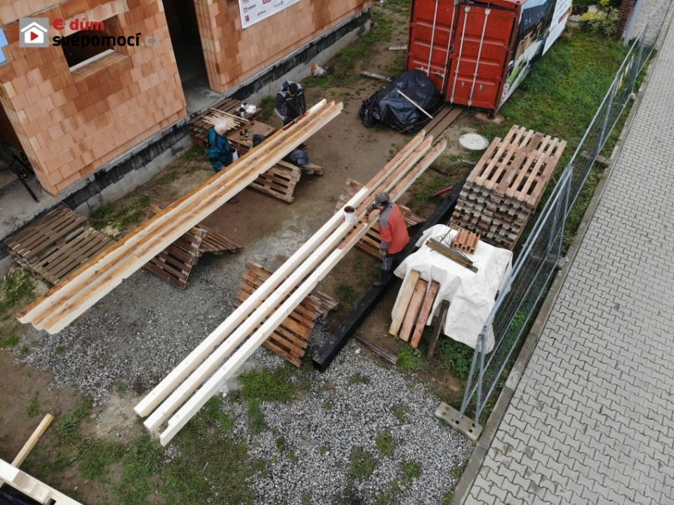 25. týden – část druhá. Natírání a svařování traverz, šalování schodiště a skládání a natírání krovu