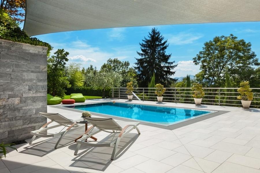 Zapuštěný bazén - stavba s izolačním obsypem