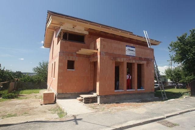 Z cihel POROTHERM T Profi představených v dubnu už stojí první rodinné domy