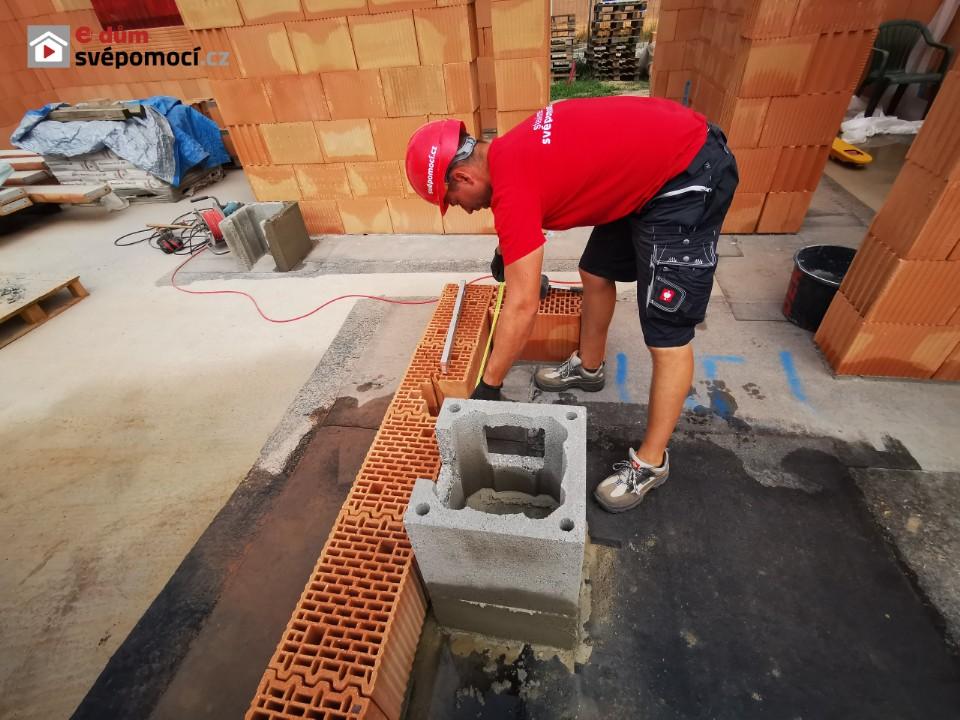 13. stavební týden – Zdění stěny mezi garáží a domem, zdění zádveří a založení komínu