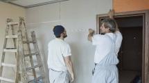 Proč a jak lepit sádrokartonové desky na zeď