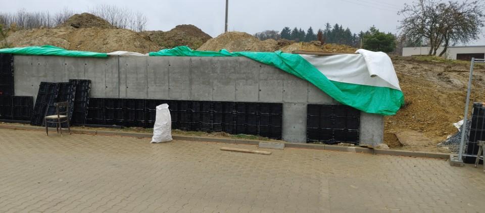 Monolitická opěrná zeď
