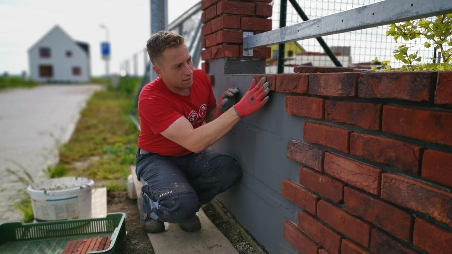 Postup stavby čelního oplocení rodinného domu z cihlových obkladových pásků