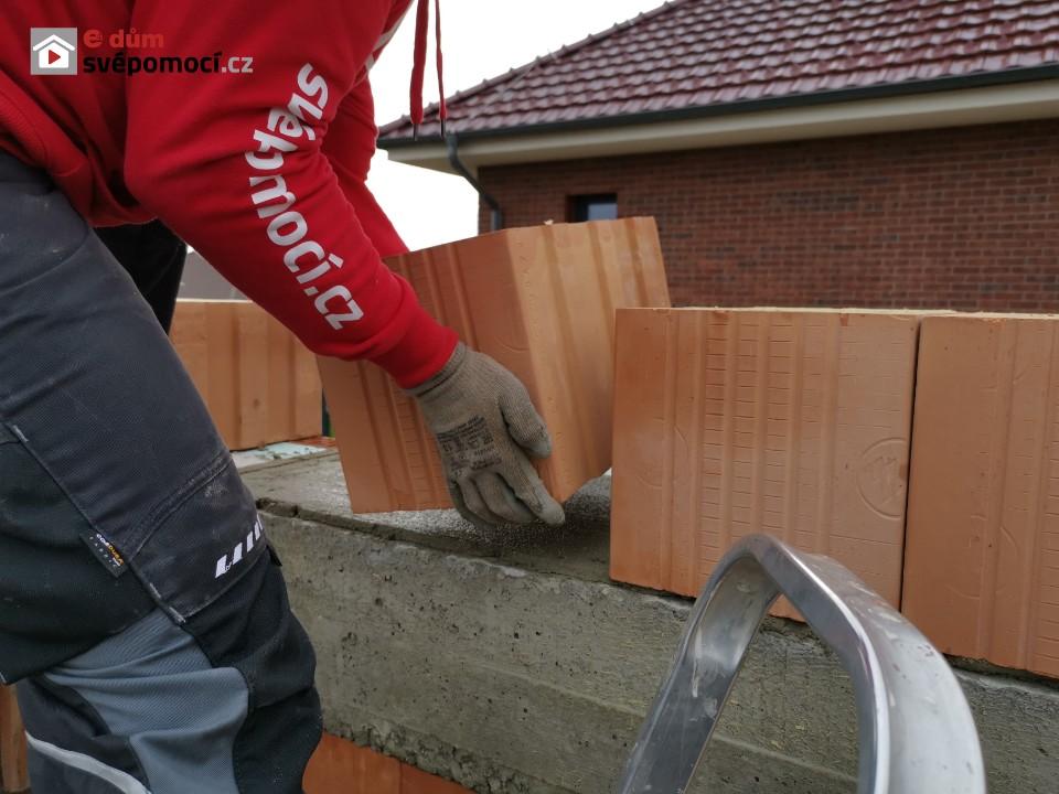 21. stavební týden – Dokončení armování, bednění a betonování věnce, zdění štítů