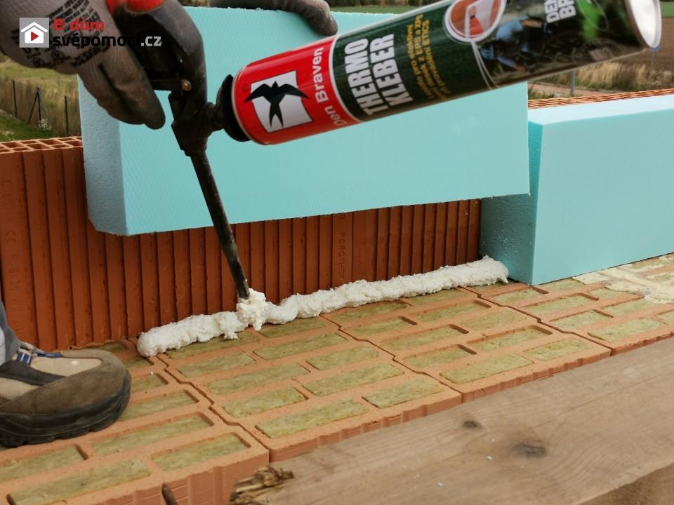 Zdění, armování a betonování věnce a vyzdění štítů