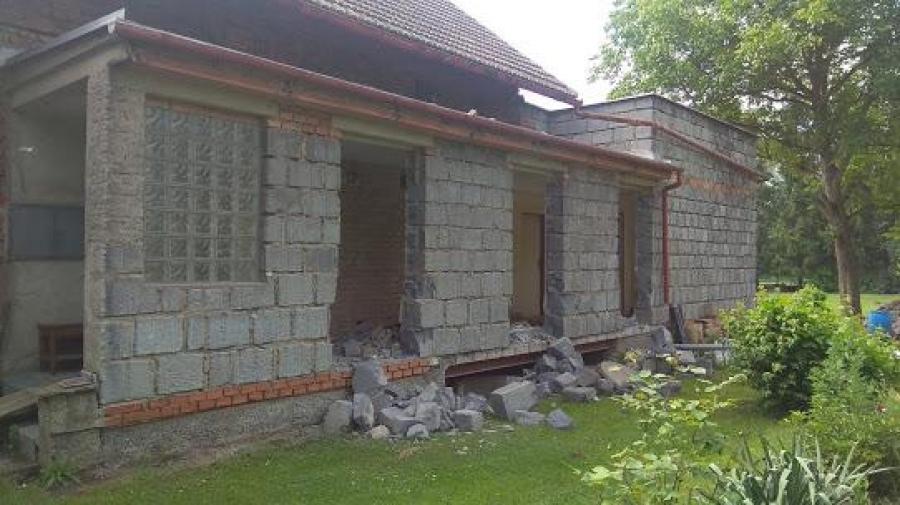 Proměna verandy, první záhon, odpady, betony, druhá příjezdovka