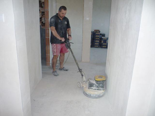 Broušení podlahy, penetrace, vysávání