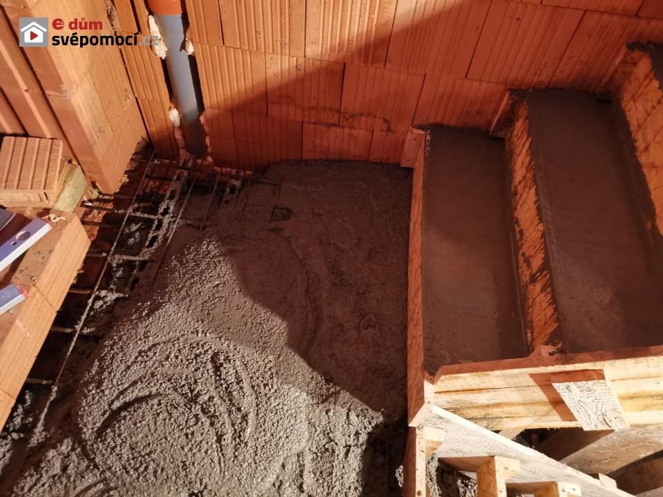 28. týden – 2. část – Příprava a betonování schodiště a dokončení komínu