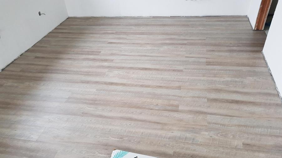 Finální podlahové krytiny - dlažba a vinyl