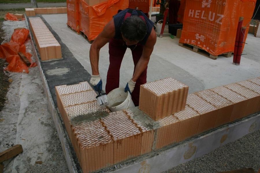 Díl 11. Jak správně založit první vrstvu zdiva z broušených cihelných bloků HELUZ FAMILY
