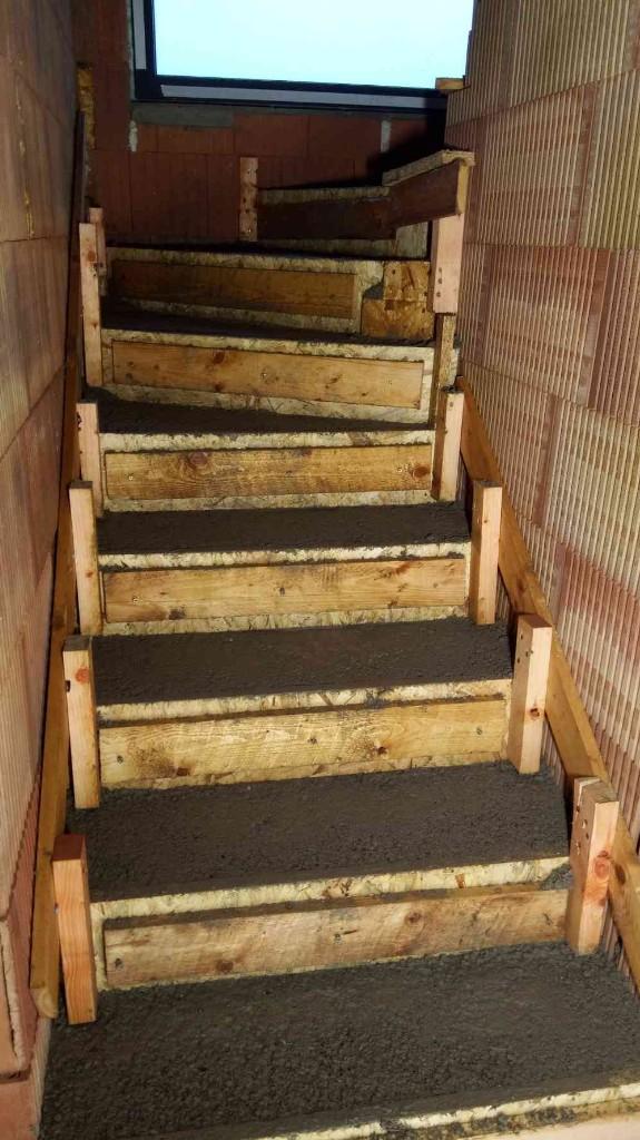 Stavba betonového schodiště