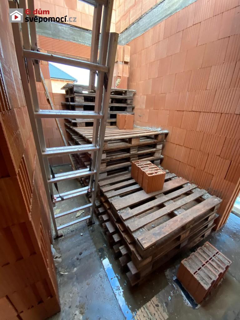 23. a 24. stavební týden – Dozdění šikmin, zasypání stěn sklepa, betonování roznášecích patek pro vaznice a úklid prostoru budoucího schodiště