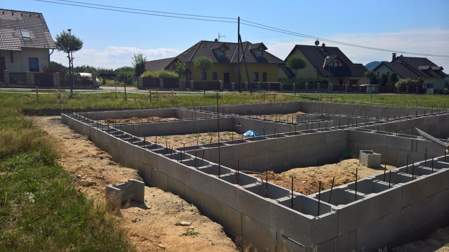 Budování ztraceného bednění a jeho vylití betonem