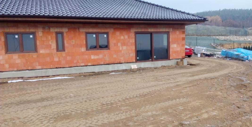 Příčky, okna, podhledy, kanalizace, sokl, úpravy terénu