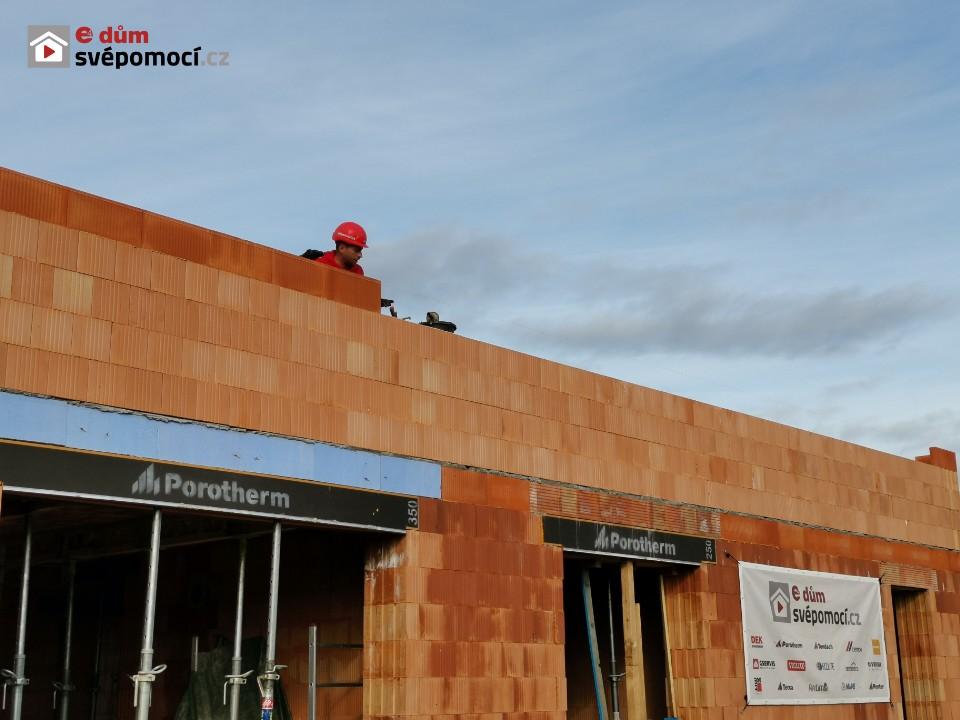 20. stavební týden – Zdění vnitřních nosných zdí a věncových cihel, Armování věnce a jeho tepelná izolace