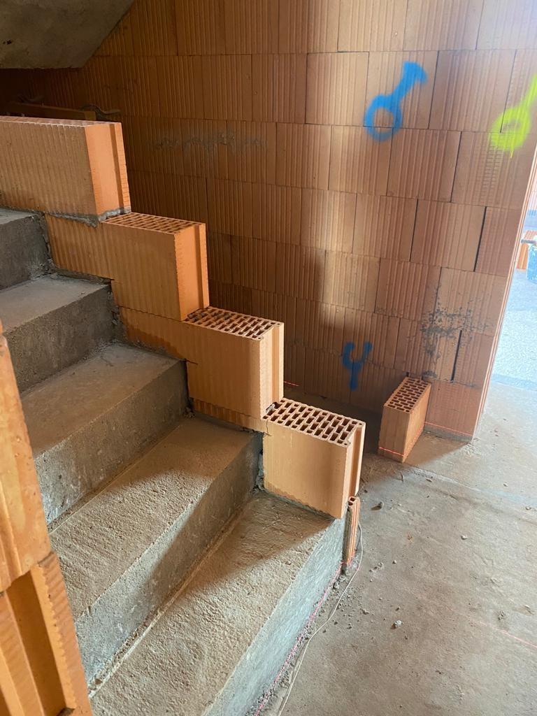 Máme vyzděnou příčku na schodišti