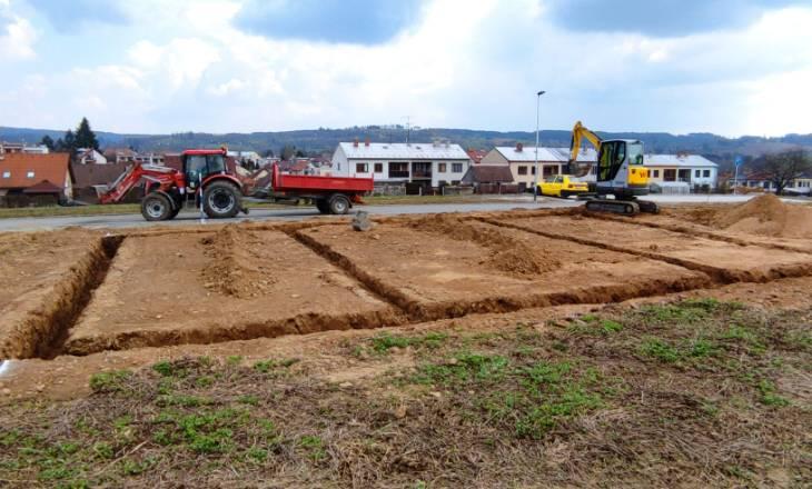 Srovnání pozemku pod RD a výkop základové spáry