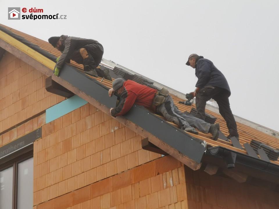 36. a 37. stavební týden – Oplechování štítů a komínu, pokládka střešní krytiny a okapové svody
