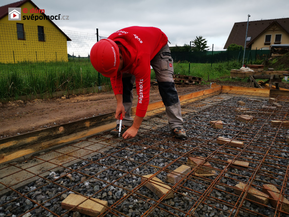 Ukládání a rovnání betonu – betonování desky