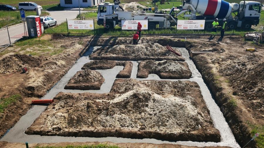 2. stavební týden - Betonování základových pásů a zakládání ztraceného bednění