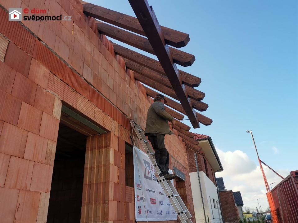 26. týden – Natírání krovu a jeho sestavení, základy pro patky sloupů, práce řemeslníků a založení štítů a podbetonování vaznic