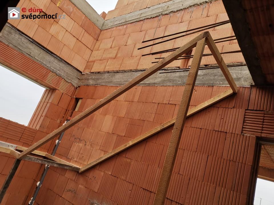 25. stavební týden – část první. Drážky pro stoupačky, penetrace, hydroizolace, rozměření a šalování schodiště
