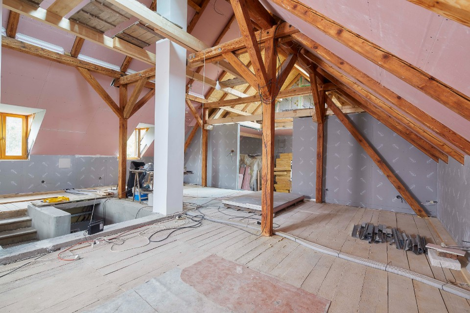 Rekonstrukce podkroví v Ondřejově – od podlahy po šikminy v sádrokartonu