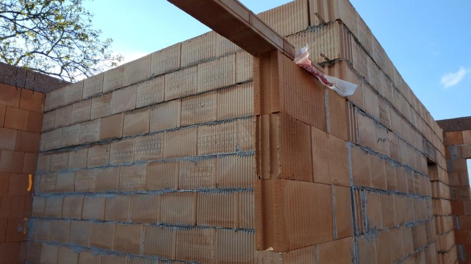 Stavba domu v pandemii - 4. zdění příček s přípravou na stavební pouzdra