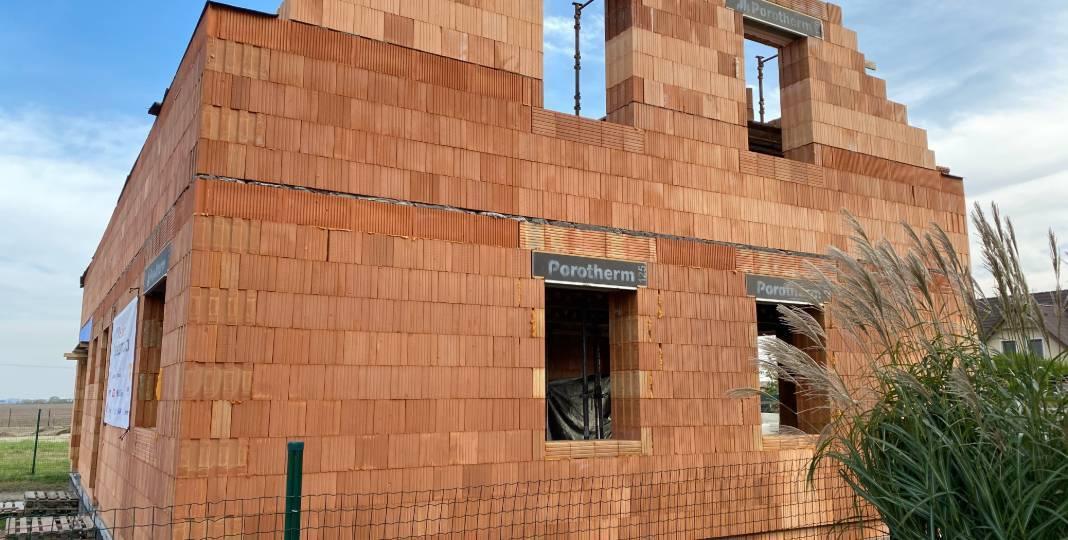 22. stavební týden – zdění a betonování štítů, odbednění stropu a založení a zdění šikmin na vnitřních nosných zdech ve 2. NP
