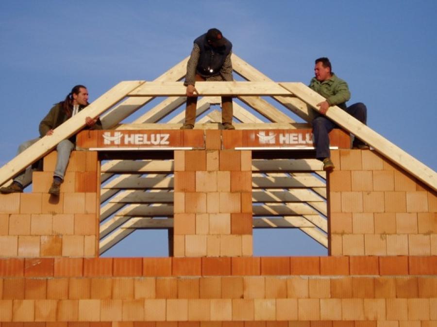 Stavba krovu a pokládka střešní krytiny