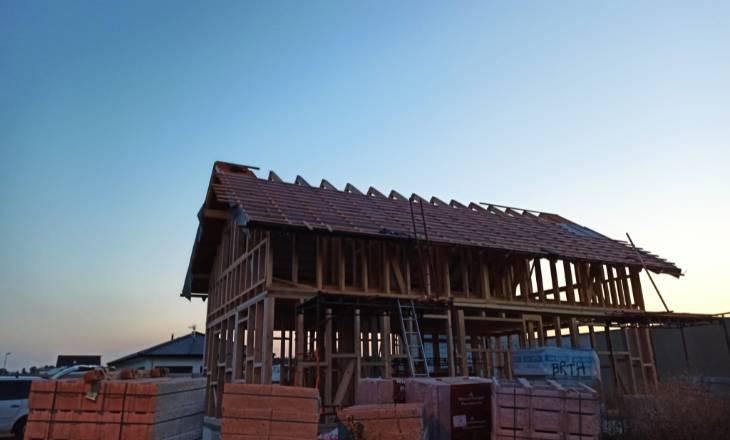 Právě stavíme střechu
