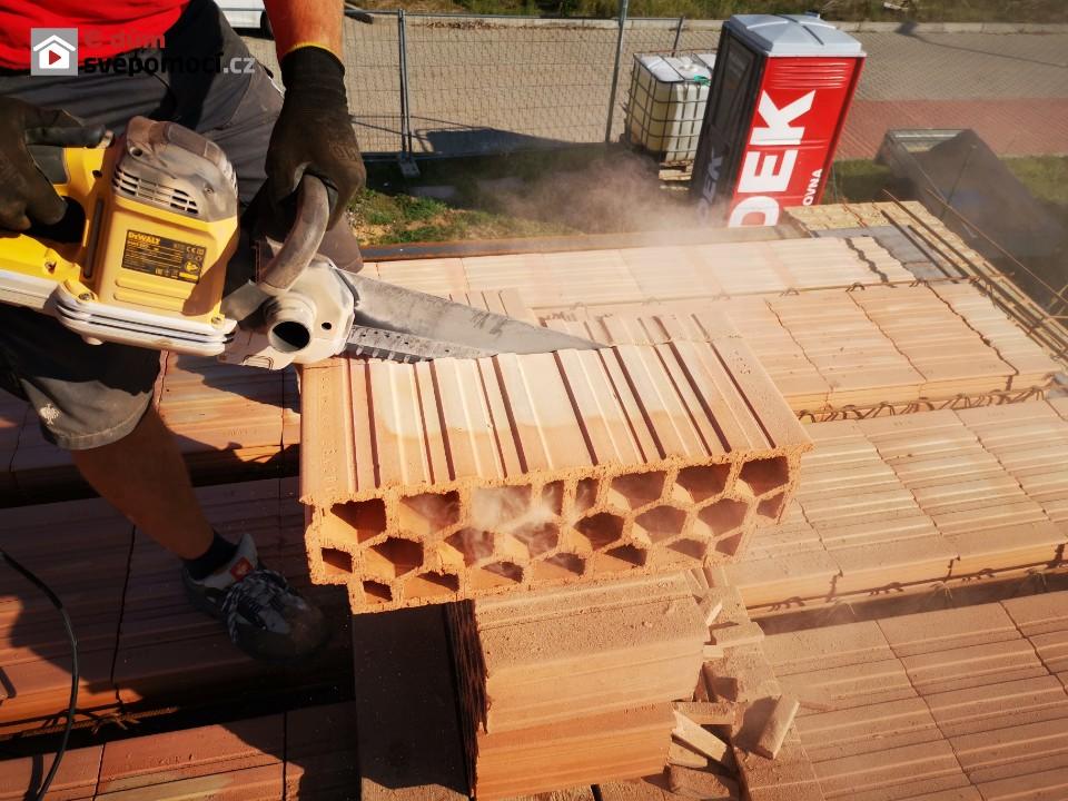 17. stavební týden – Práce na stropu RD, svařování I profilů nad garáží, armování věnce