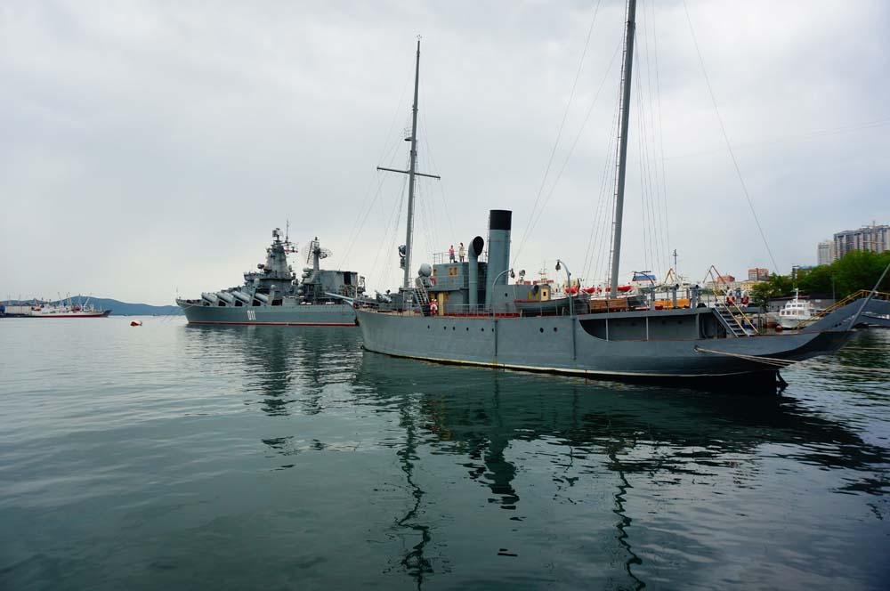 해군 기지가 있는 도시 다운 풍경.