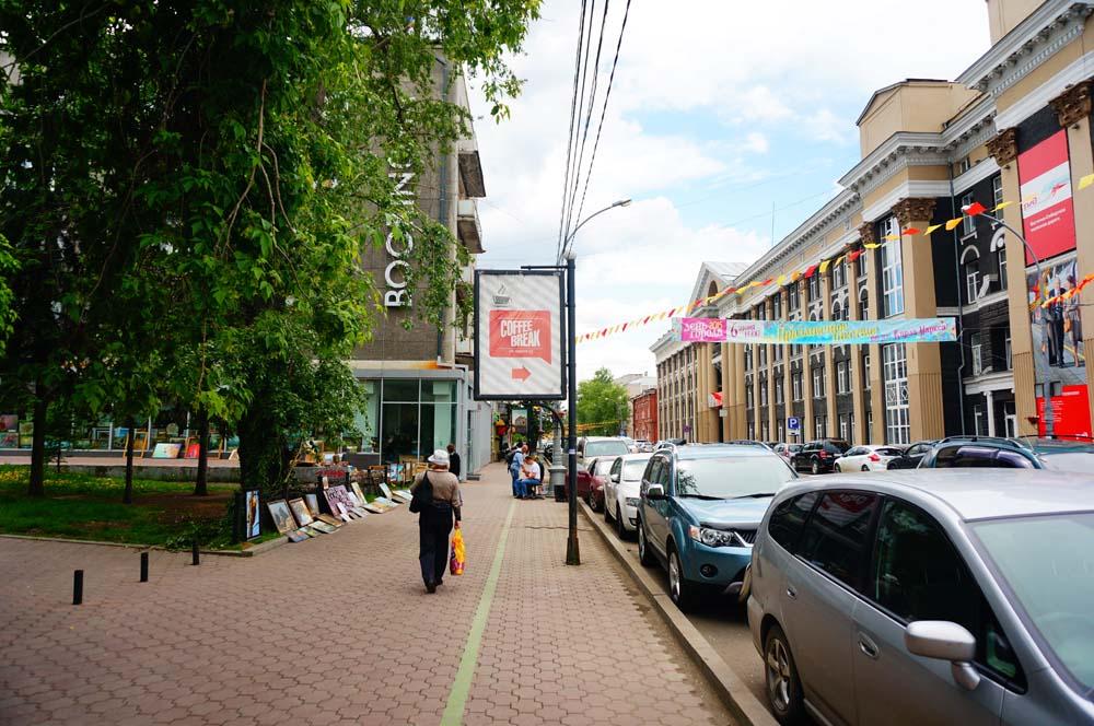 이루쿠츠크는 걸어서 관광하기 좋다. 길에 초록색 선이 그어져 있는데 이 선을 따라가다보면 주요 관광 스팟을 다 둘러볼 수 있다. 각 스팟에는 영문으로 된 설명을 담은 간판이 세워져있다. 전세계의 다른 도시들에서도 적극적으로 도입하면 좋을 거 같다.