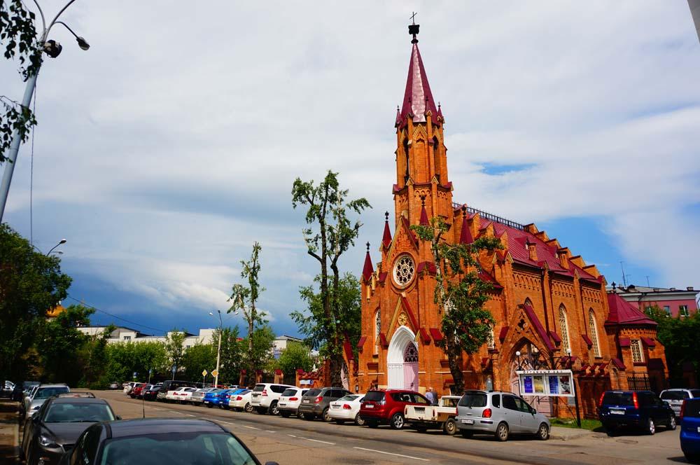 일반적인 러시아 정교회 디자인과 많이 달라서 알아봤더니 폴란드 식 교회라고 한다.