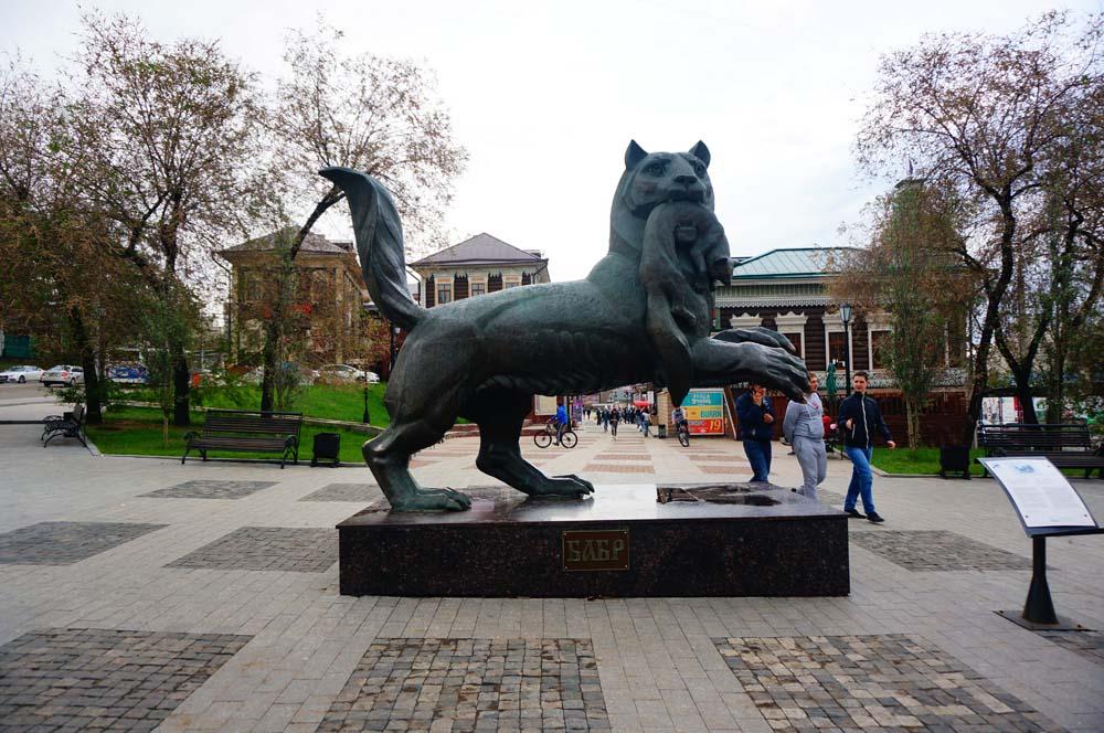 이르쿠츠크의 마스코트(?). 호랑이가 여우를 물고 있는 모습.