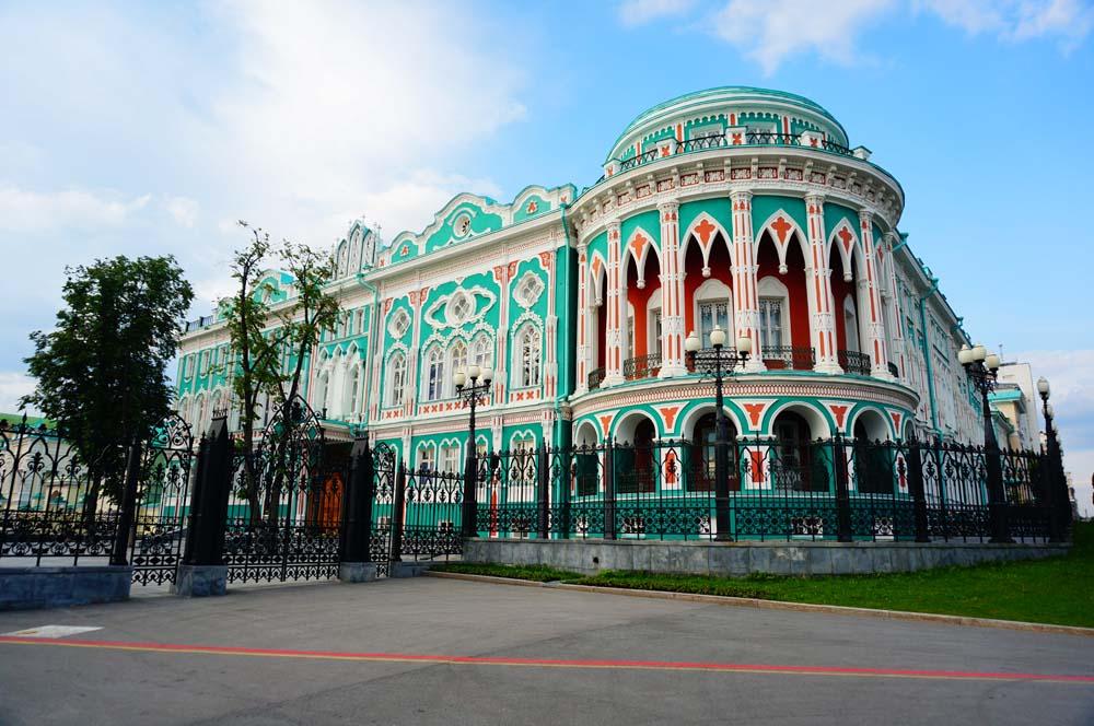 무슨 유명한 사람이 살았던 집. 이루쿠츠크와 마찬가지로 예카테린부르크에는 레드라인 투어라고 바닥에 빨간 선을 따라 걷다 보면 시내의 주요 관광 스팟을 둘러볼 수 있게 되어있다.