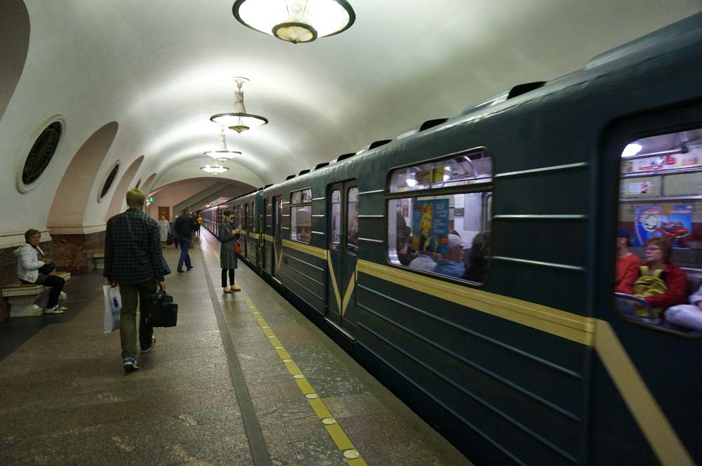 지하철. 매우 짧은 간격으로 다음 열차가 오기 때문에 기다릴 일이 거의 없다. 가끔 열차가 완전히 멈추기 전에 문이 열리기도 했다.