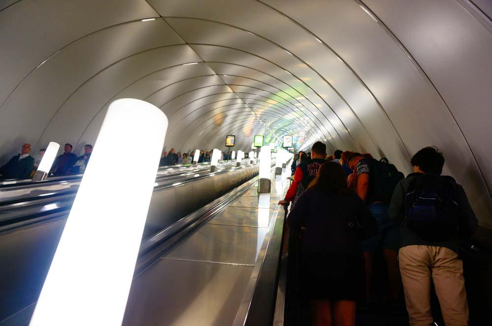 지하철은 대부분 지하 엄청 깊숙한 곳에 있다. 아마 세계에서 가장 빠른 에스컬레이터가 아닐까 싶을 정도의 에스컬레이터를 타고도 무려 3분이나 걸리는 깊이다. 지하철 배차 간격이나 에스컬레이터 속도로 보았을 때 러시아인도 한국인 못지 않게 성격이 급한가보다.