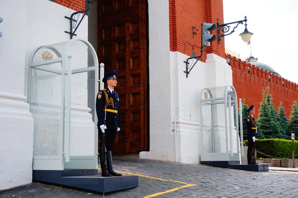 크렘린 궁전 입구를 지키는 보초병. 유럽의 많은 도시들에서 보초병을 보았지만 이 사람만큼 미동도 없는 사람은 아직까지 보지 못했다. 처음엔 박제인형인 줄 알았다.