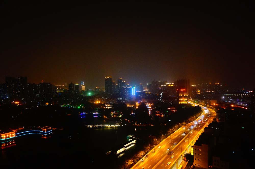 숙소가 고층 아파트 방에서 운영되는 호스텔이어서 밤에 야경보기가 좋았다. 광저우 자체는 대도시라 크게 인상적인 곳은 없었다.