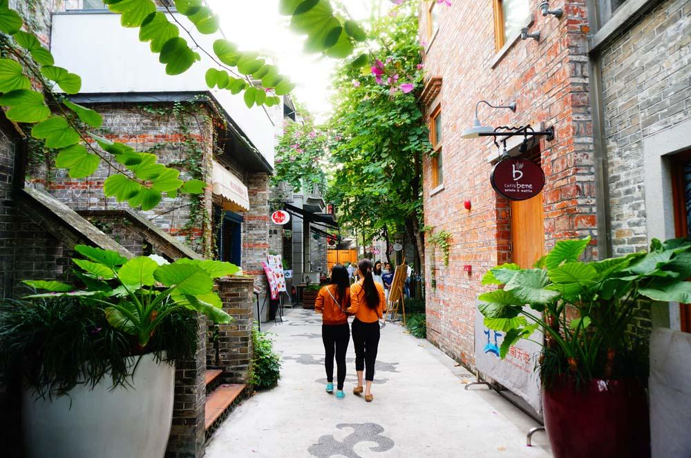 광저우로 돌아가기 전 들린 불산시의 핫스팟 링난티엔디. 상해의 신티엔디와 많이 닮은 곳이었다. 중국에선 친한 여자아이들끼리 커플 룩을 하는 모양이다.