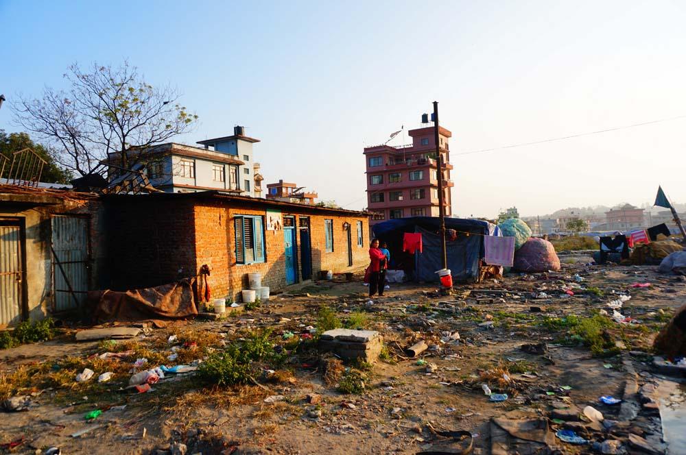 쓰레기 더미 속에 사람들이 살고 있었다. 사진 속 집은 원래부터 이곳에 있었던 집으로 추정된다. 대부분은 나무판자와 비닐로 만든 곳에서 생활하고 있었다.
