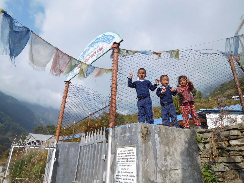 세계적인 산악가 엄홍길 대장님이 세우신 초등학교에 다니는 아이들. 사진을 찍어달라며 보채기에 한장 찍어서 보여줬다.